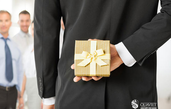 Tránh chọn những món quà quá riêng tư cũng như cần tế nhị trong cách tặng quà cho sếp.