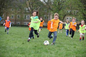 Cho con chơi các trò chơi vận động để phát triển tốt về thể chất và tinh thần