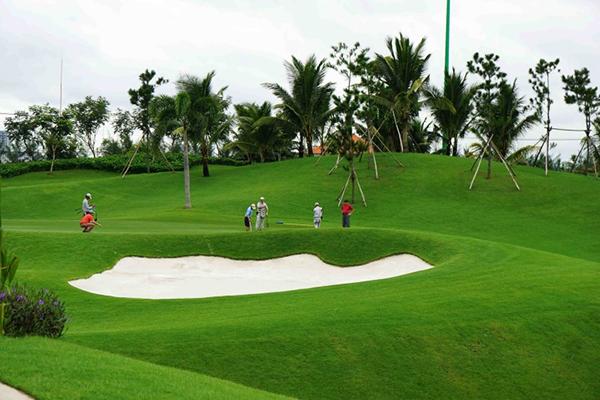 Sân golf thường có thêm một số chướng ngại vật như hố cát, hồ nước - Sân Golf 18 lỗ