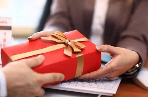 Lợi ích của việc tặng quà cho đối tác